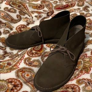 Clarks LIKE NEW- original desert boots; CHUKKA!